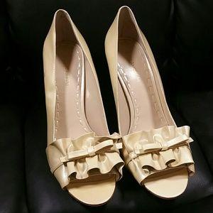 Enzo angiolini 10w beige patent ruffled heels